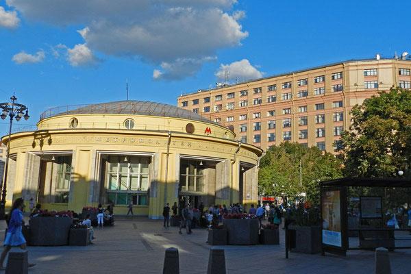 Auch die Stationseingänge der Moskauer Metro sind teilweise architektonisch interessant.