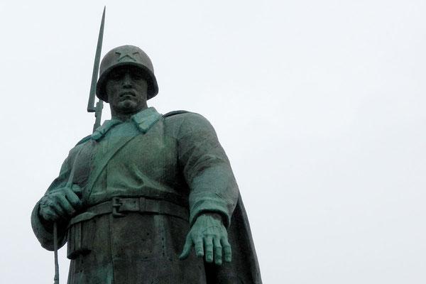 Der bronzene Rotarmist steht unweit des Brandenburger Tors