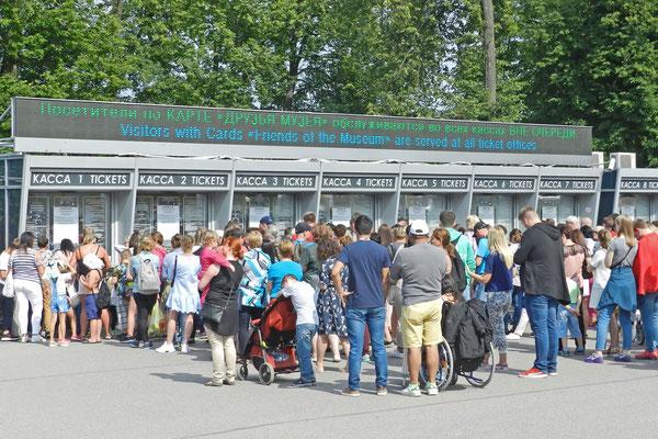 Besucherandrang in Peterhof