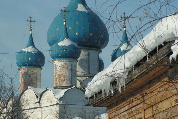Weithin sichtbar sind die Kuppeln der Maria-Geburts-Kathedrale.
