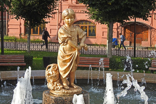 Die vergoldete Pilzsammlerin ziert einen Springbrunnen im Zentrum.