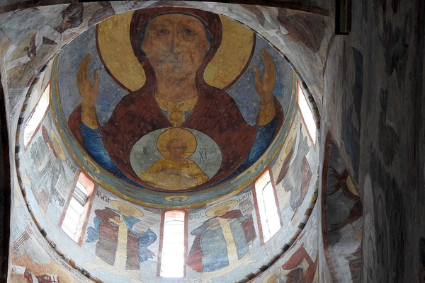 Die Kirche ist mit eindrucksvollen Fresken bemalt