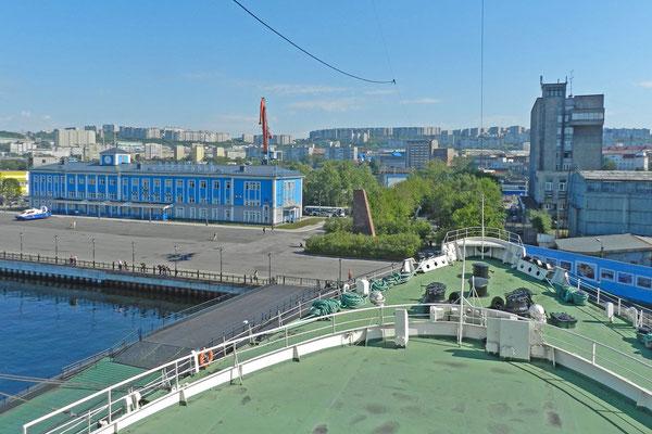 """Blick von der Brücke der """"Lenin"""" auf Murmansk"""