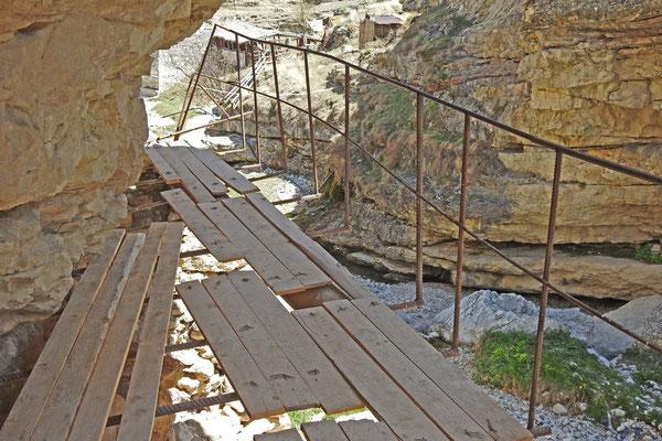 Improvisierter Wanderweg zum Wasserfall