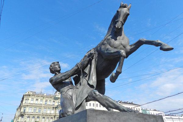 Die Anitschkow-Brücke ist für ihre Pferde-Bändigerskulpturen berühmt.