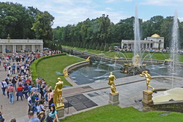 Die Springbrunnen von Peterhof sind eine der beliebtesten Attraktionen von St. Petersburg.