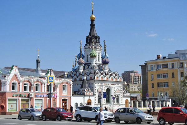 Viele bunte Kuppeln krönen die orthodoxe Kirche am Ende der Fußgängerzone