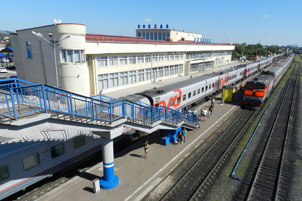 Der Premiumzug Orenburg-Moskau beim Zwischenhalt in Busuluk