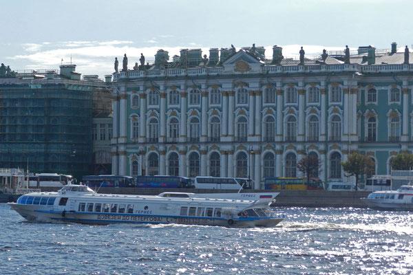 Der Petersburger Winterpalast von der Newa aus gesehen