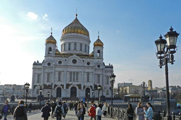 Die Christ-Erlöser-Kathedrale von der neuen Fußgängerbrücke über die Moskwa aus betrachtet