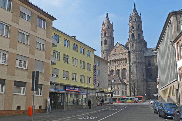 Вокруг собора много послевоенных строений