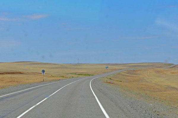 Kein Baum, kein Strauch wächst entlang der Trasse Astrachan - Elista.