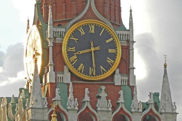 Die Uhr des Erlöser-Turms mit ihrem Glockenspiel zeigt den Russen an, welche Stunde geschlagen hat