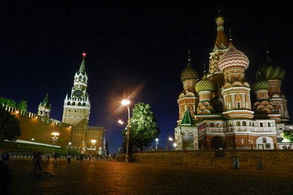 Bei Nacht ist der Platz besonders eindrucksvoll