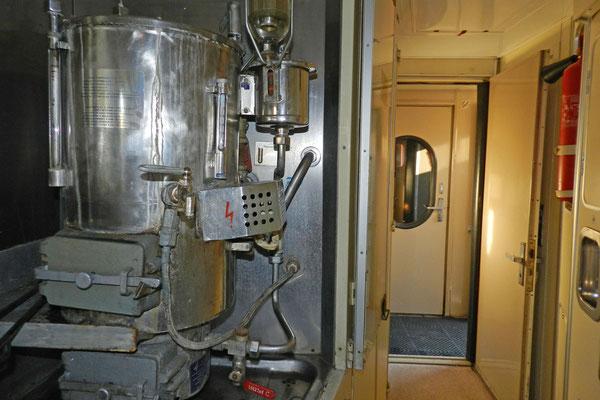 Samoware im Korridor gehören zur Standardausstattung älterer Schlafwagen.