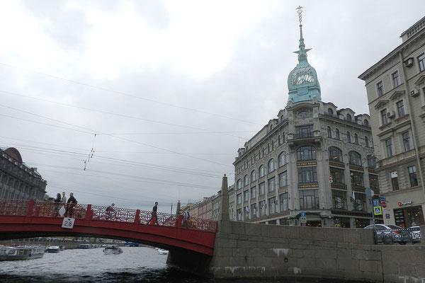 Das Kaufhaus liegt an der Roten Brücke