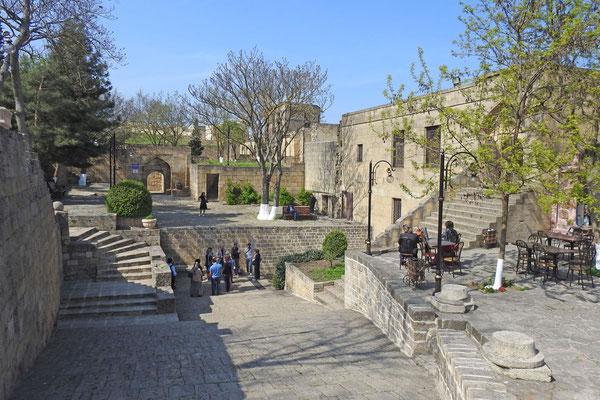 Im Innenhof der Festung Naryn-kala