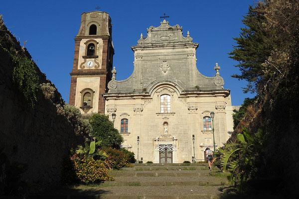 Die Kirche San Bartolomeo überragt die historische Festung am Hafen