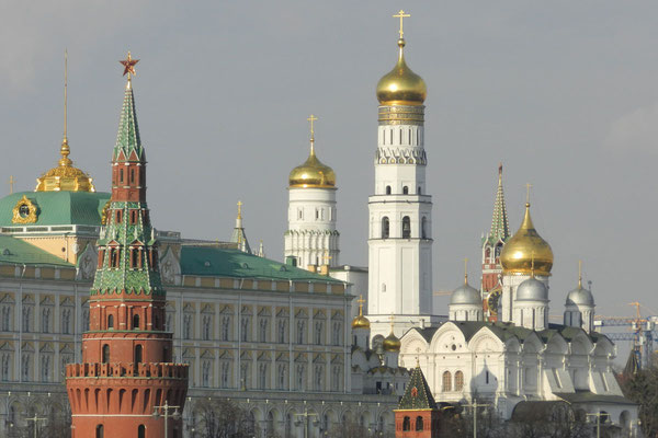 Die goldenen Moskauer Kremltürme in der Frühlingssonne
