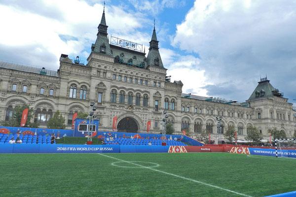 Fußballfeld vor dem Kaufhaus GUM
