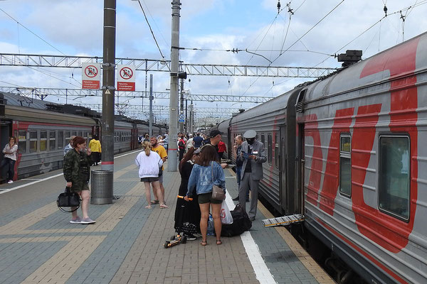 Der Schnellzug Moskau-Workuta steht zur Abfahrt bereit.