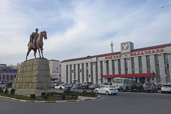Am Hauptbahnhof von Machatschkala