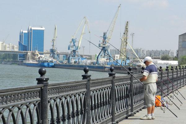 Ein Angler an der Wolga-Promenade von Astrachan hofft auf einen guten Fang.