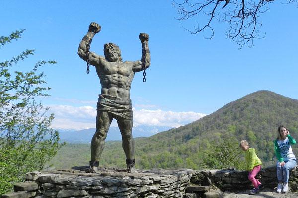 Ein Denkmal erinnert an die griechische Prometheus-Sage.