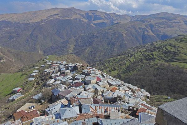 Blick auf die Berge vom Wohnturm in Kubatschi