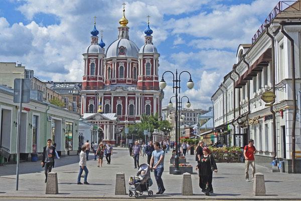Die Kliment-Kirche an der Pjatnizkaja-Straße strahlt in frischen Farben.