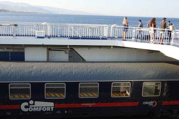 Fahrgäste nutzen die Überfahrt, um frische Luft zu schnappen.