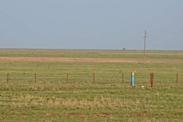 Die russisch-kasachische Grenze läuft quer durch die Steppe.