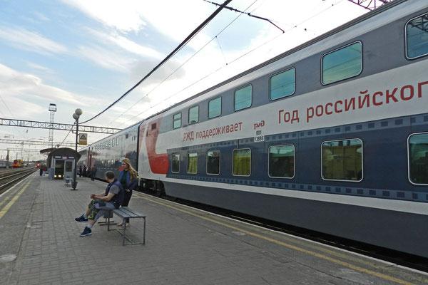 Doppelstock-Schlafwagenzug auf dem Weg nach Sotschi