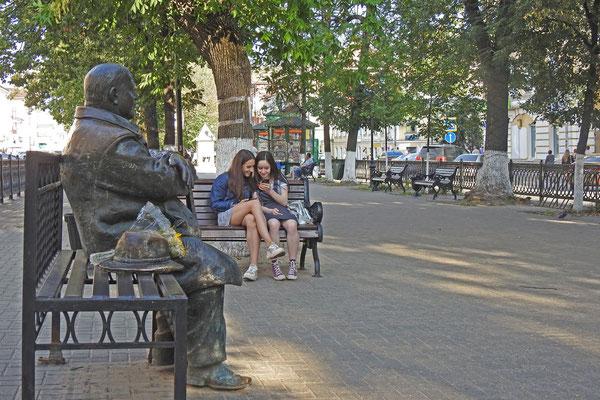 Michail Krug hockt auf einer Parkbank.