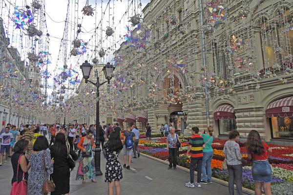 Eingang zum Kaufhaus GUM von der Nikolskaja-Straße