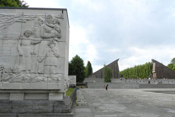 Auf dem zentralen Platz des Ehrenmals