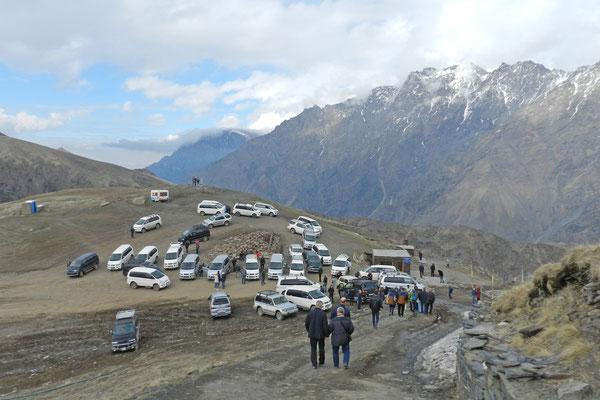 Viele Besucher lassen sich im Geländewagen auf den Berg fahren.