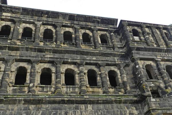 Нигде в Германии не осталось подобного строения римских времен.