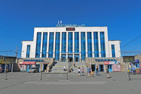 Am Bahnhof von Perm werden schon früh morgens 29 Grad angezeigt.