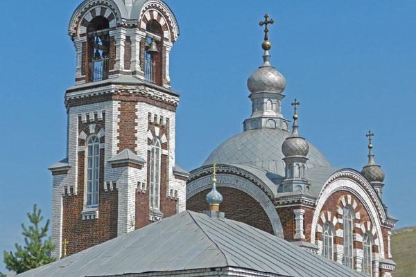 Die alte Dorfkirche wird heute von Mönchen genutzt.