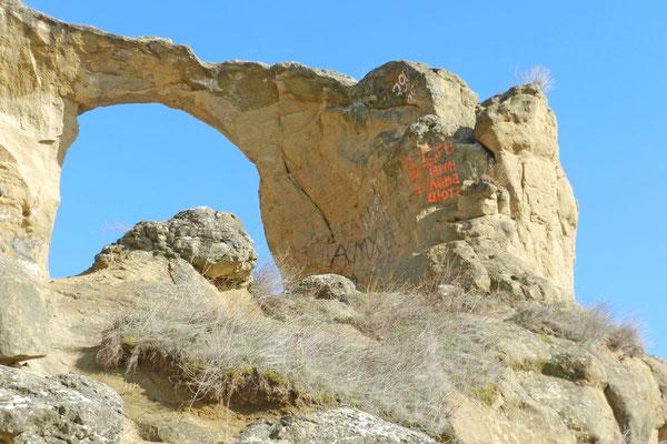 Viele Besucher haben sich an dem Felsen verewigt.