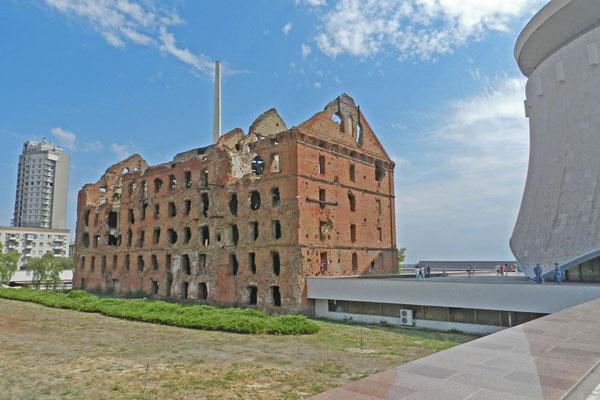 Die Ruine der Getreidemühle an der Wolga ist heute ebenfalls ein Mahnmal