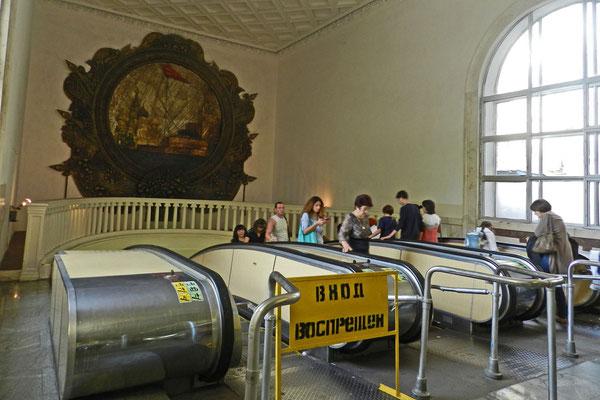Tief in den Untergrund führen die Rolltreppen der Metrostation Pawelezkaja