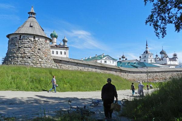 Rund um das Kloster sind nur wenige Autos zu sehen.