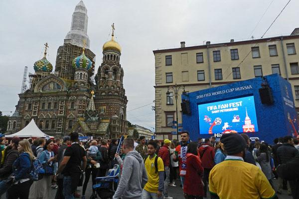 Großer Andrang in der WM-Fanzone an der Blutkirche