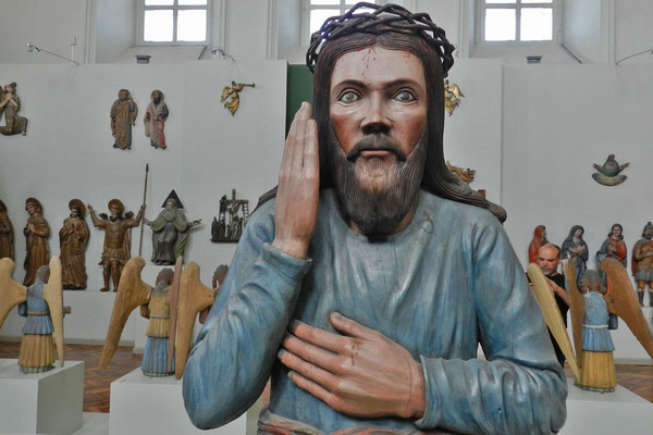 Hölzerne Christus-Skulptur in der Gemäldegalerie von Perm