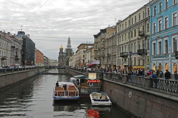 Blick vom Newski Prospekt auf den Gribojedow-Kanal