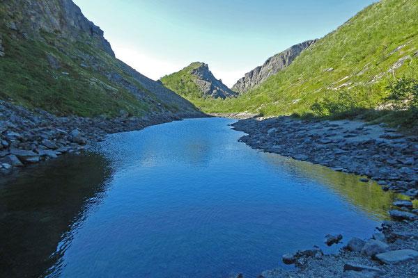 Die Blauen Seen bilden eine Kette in einem schmalen Tal.