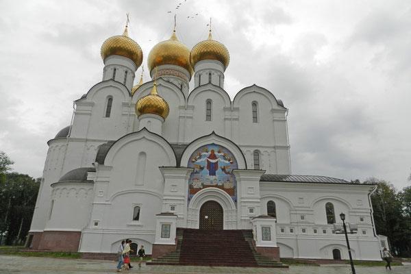Die Mariä-Entschlafens-Kathedrale wurde nach historischem Vorbild wiederaufgebaut.