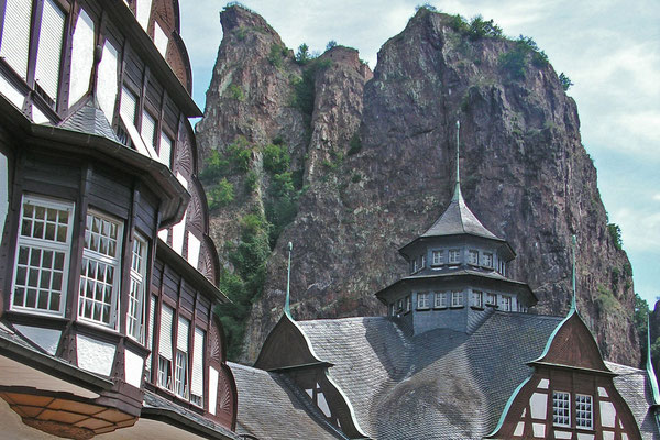 Курортный зал Бад-Мюнстера на фоне скал
